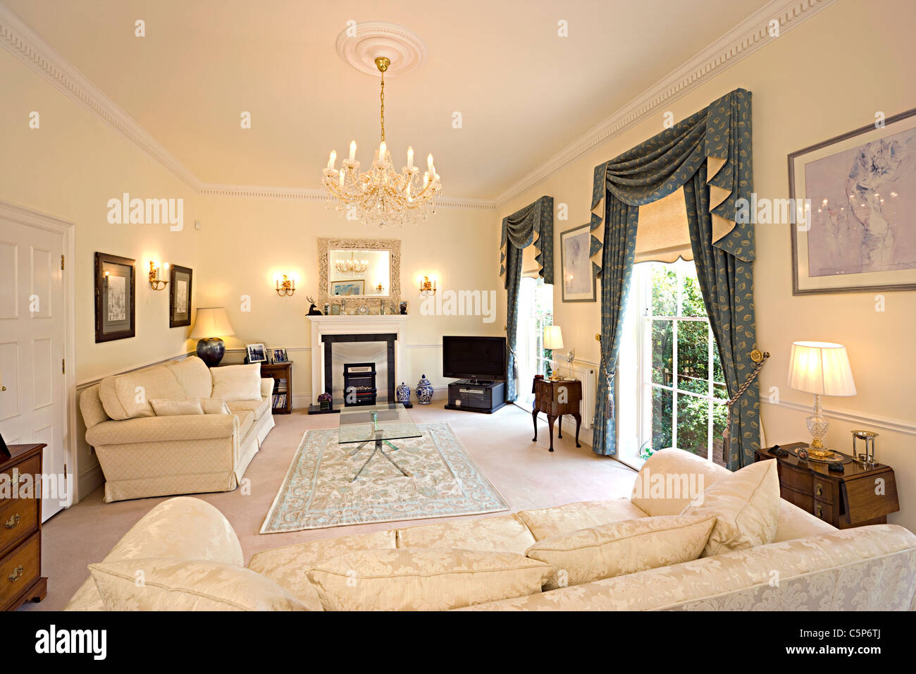 Interior of a traditional english sitting room stock photo for Case stile inglese interni