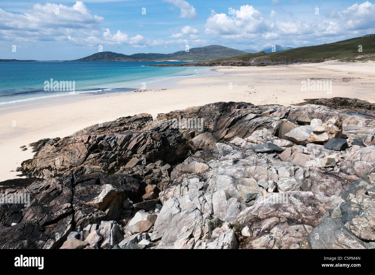 The island of Taransay seen across Traigh Iar beach on South Harris in the Outer Hebrides. - Stock Image