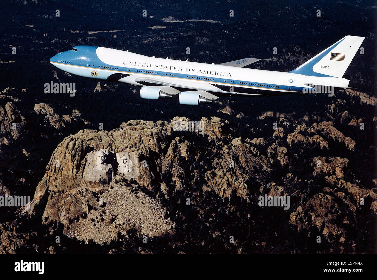 Air Force One Presidential air transport flies over Mt Rushmore - Stock Image