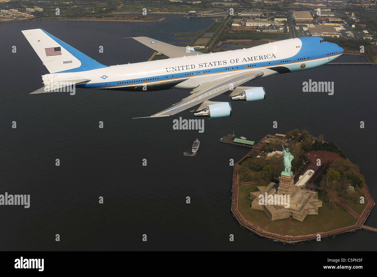 Air Force One, the US Presidents airplane flies over the Statue of Liberty - Stock Image