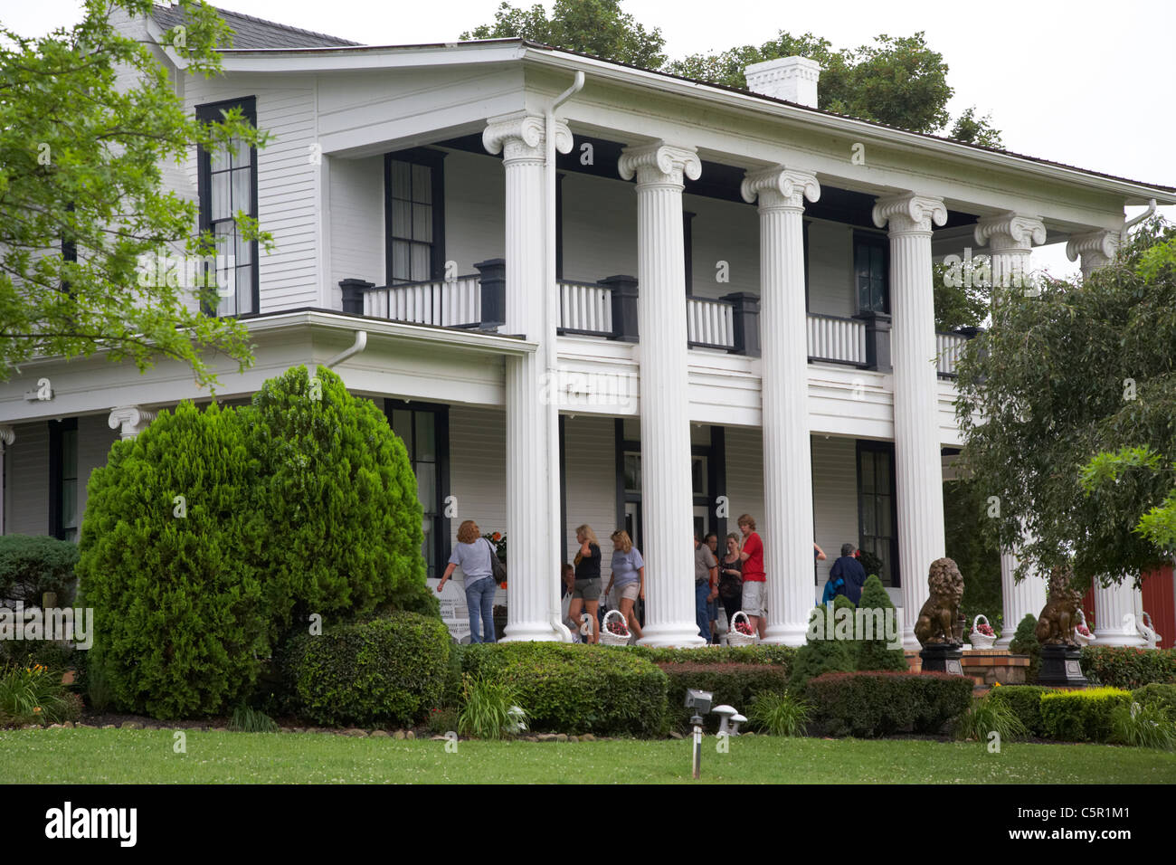 tourists tour round plantation house on guided tour of loretta lynn dude ranch hurricane mills tennessee usa - Stock Image