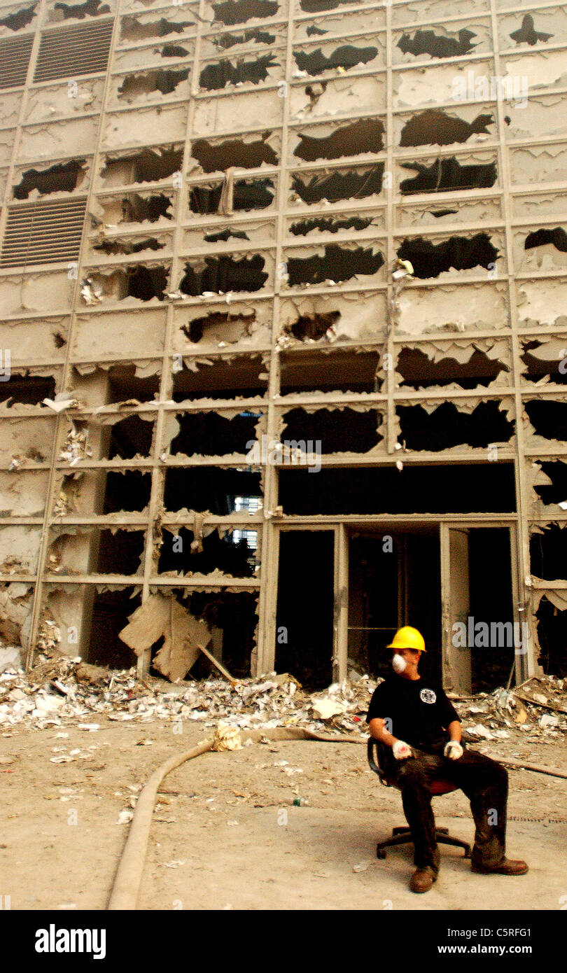 Fireman at ground zero, World Trade Center following 911 terrorist attacks - Stock Image