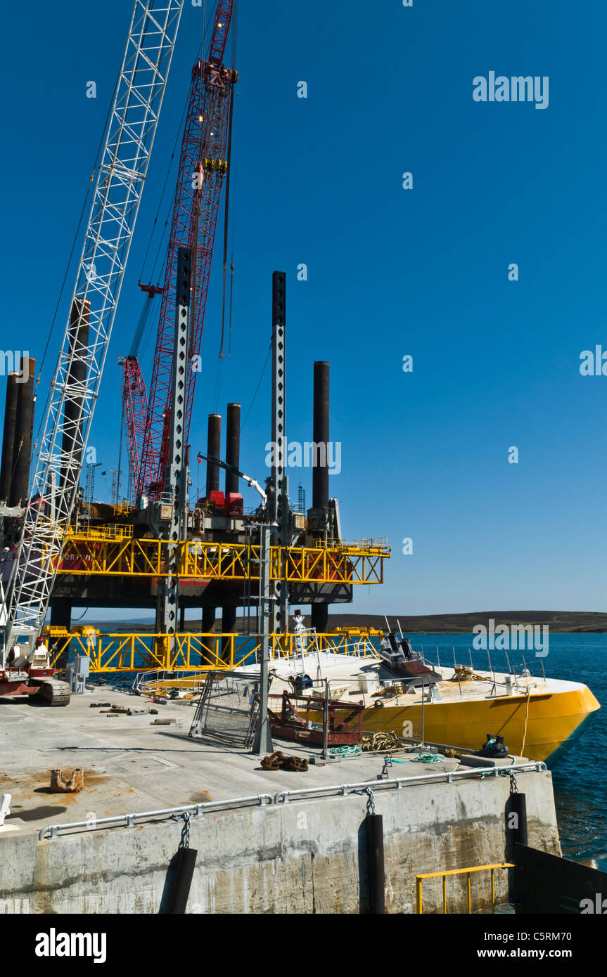 dh Lyness Pier HOY ORKNEY Wellos Penguin and Fugro Seacore positioning platform rig at pier - Stock Image
