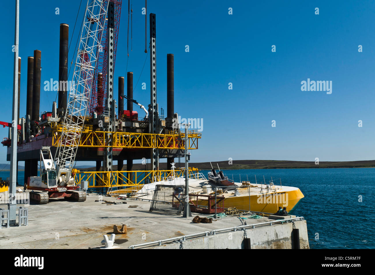 dh Lyness Pier HOY ORKNEY Wellos Penguin and Fugro Seacore positioning platform rig at pier scotland - Stock Image