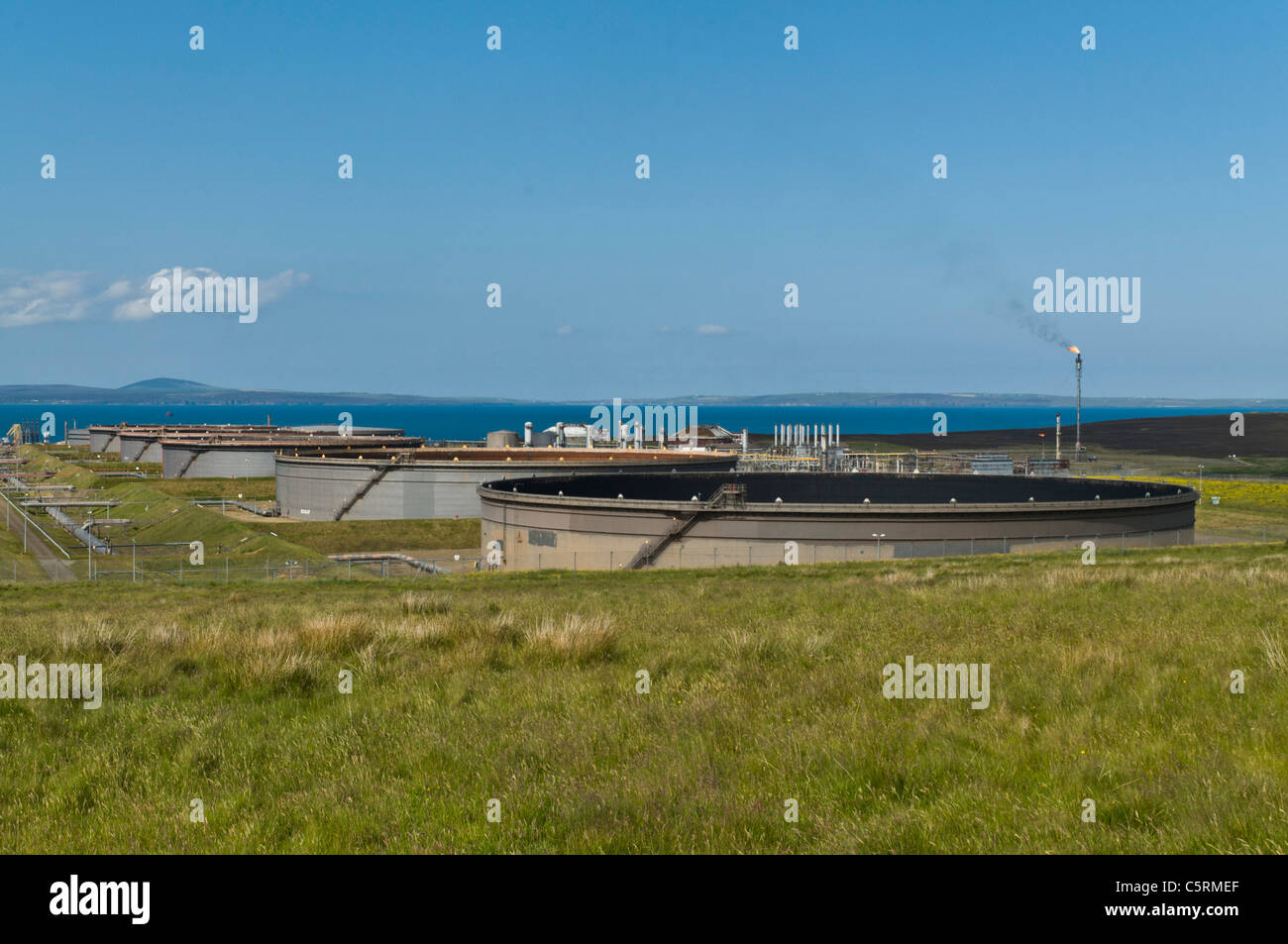 dh Flotta Oil Terminal FLOTTA ORKNEY Oil tanks terminal and gas flare scotland fuel storage Stock Photo