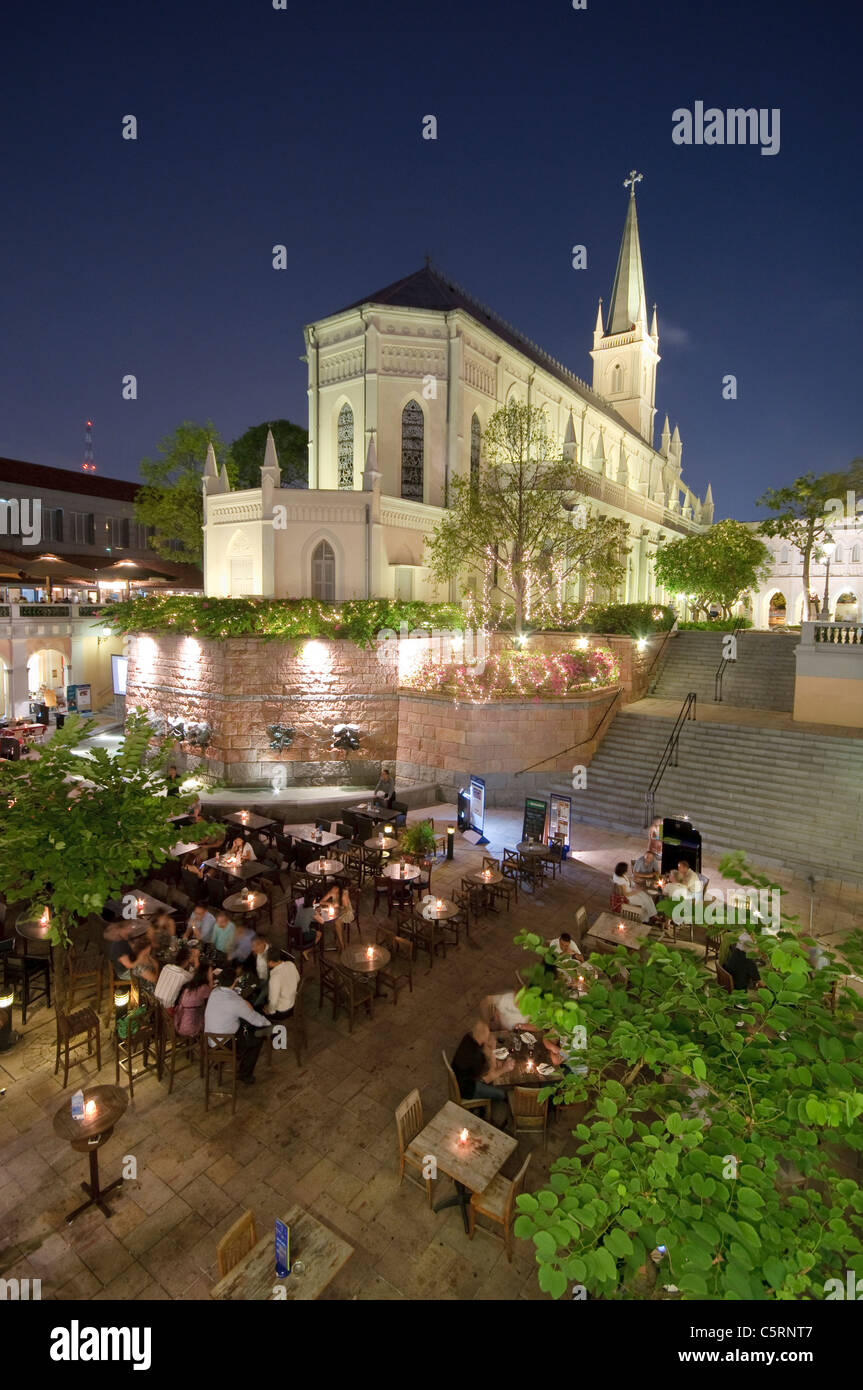 Restaurants and bars at Fountain Court at night with church of former convent Chijmes, nightlife, Singapore, Southeast - Stock Image
