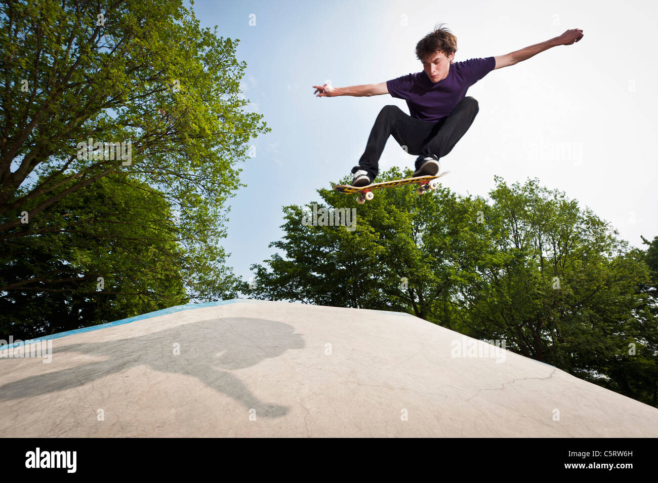Germany, NRW, Duesseldorf, Man skateboarding at public skatepark - Stock Image