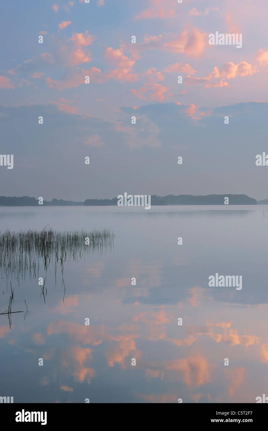 Germany, Mecklenburg-Vorpommern, Mecklenburger Seenplatte, Plau am See, View of sunset at lake - Stock Image