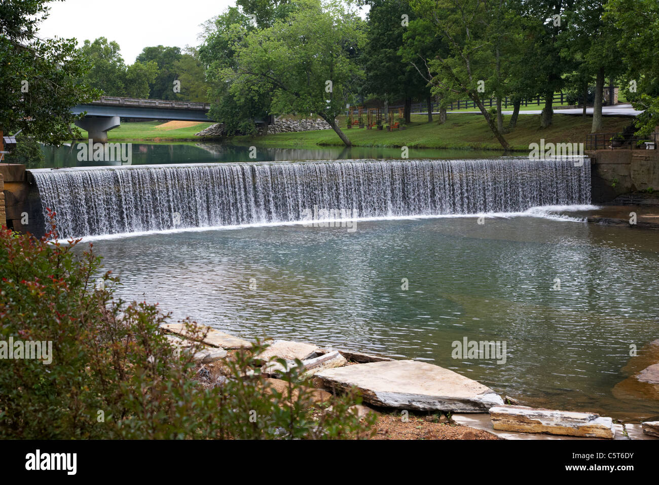 the mills pond weir at loretta lynns ranch hurricane mills tennessee usa - Stock Image