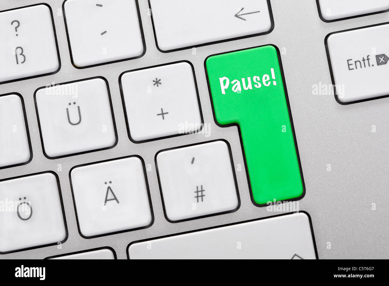 Illustration of keyboard having green key with pause sign, close up - Stock Image
