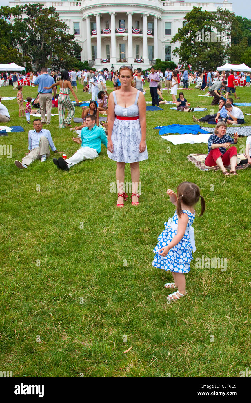 Mother and daughter on the White House lawn on the 4th of July, Washington DC - Stock Image