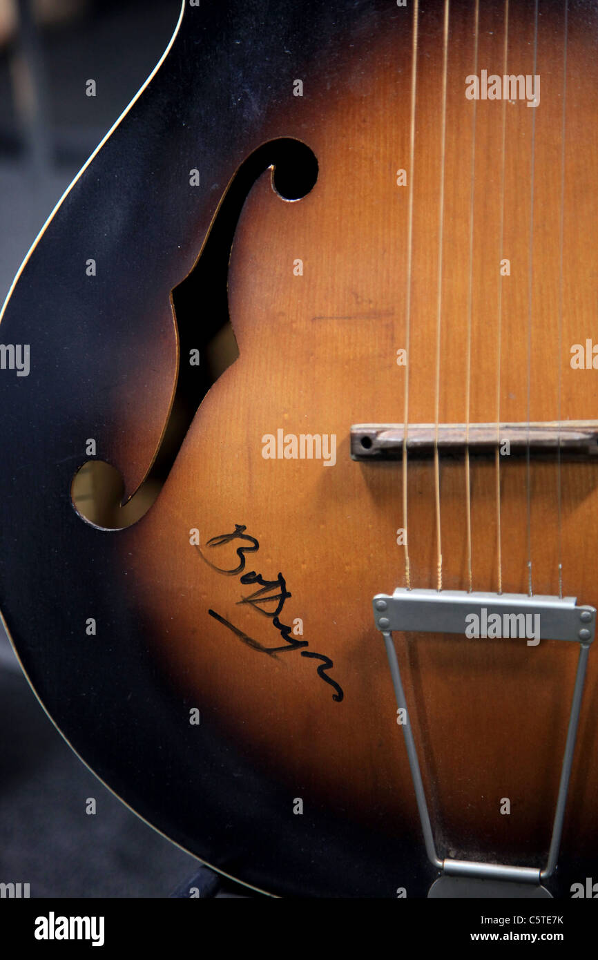 BOB DYLAN SIGNED GUITAR PREMIERE PROPS PRESENTS HOLLYWOOD EXTRAVAGANZA 2 AUCTION LOS ANGELES CALIFORNIA USA 30 July - Stock Image