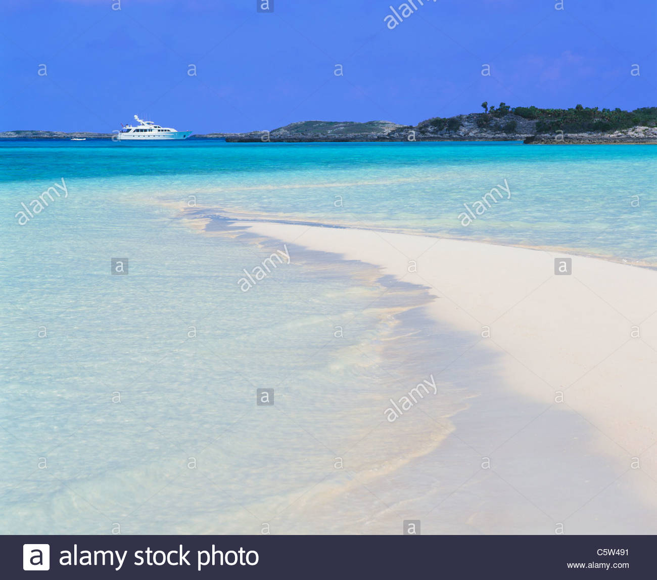 Motor yacht at northern harbor of Warderick Wells Cay with sand bar. Warderick Wells Land and Sea Park, Exuma Cays, - Stock Image