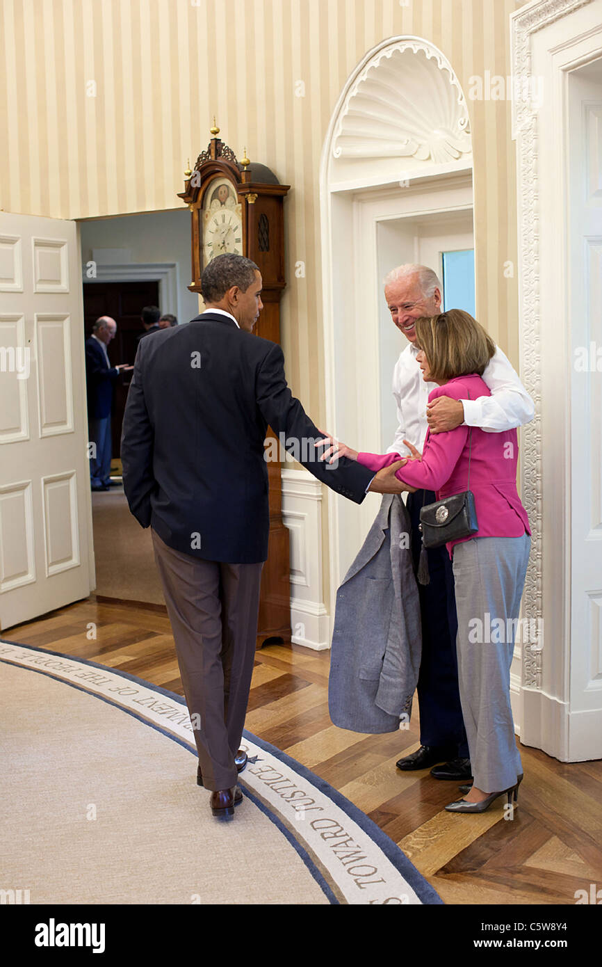 President Barack Obama and Vice President Joe Biden talk with House Minority Leader Nancy Pelosi  on the debt crisis - Stock Image
