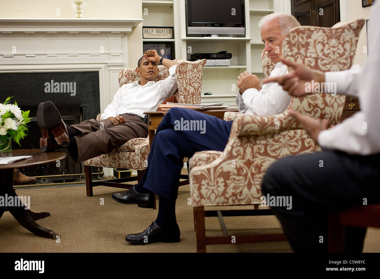 President Barack Obama and Vice President Joe Biden are briefed by Rob Nabors on the debt crisis talks - Stock Image