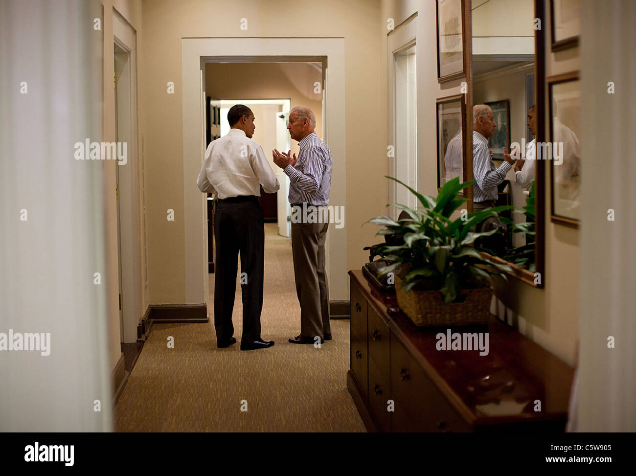 President Barack Obama and Vice President Joe Biden talk in a West Wing hallway at the White House during the debt - Stock Image