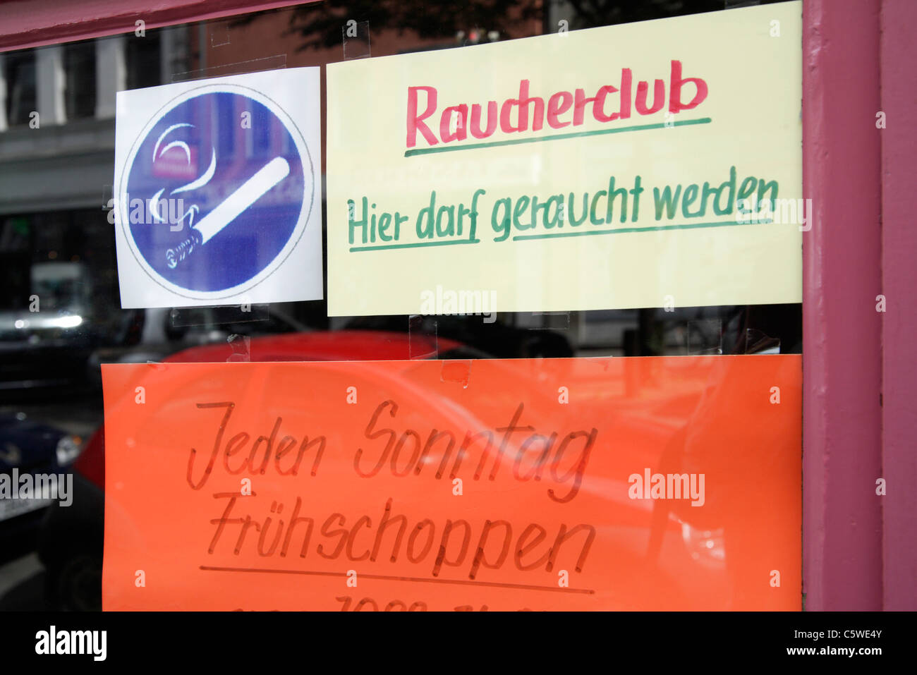 Smoking Pub, Smoking Permitted Sign, close-up - Stock Image