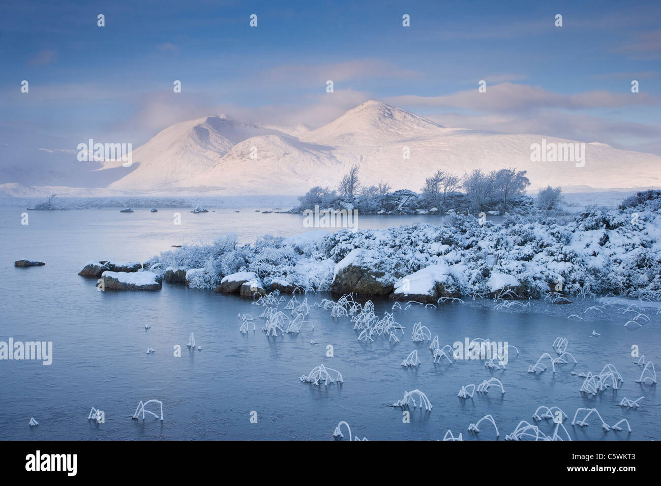 Lochan na h-Achlaise and Clach Leathad (1099 m) in winter. Rannoch Moor, Highland, Scotland, Great Britain. - Stock Image