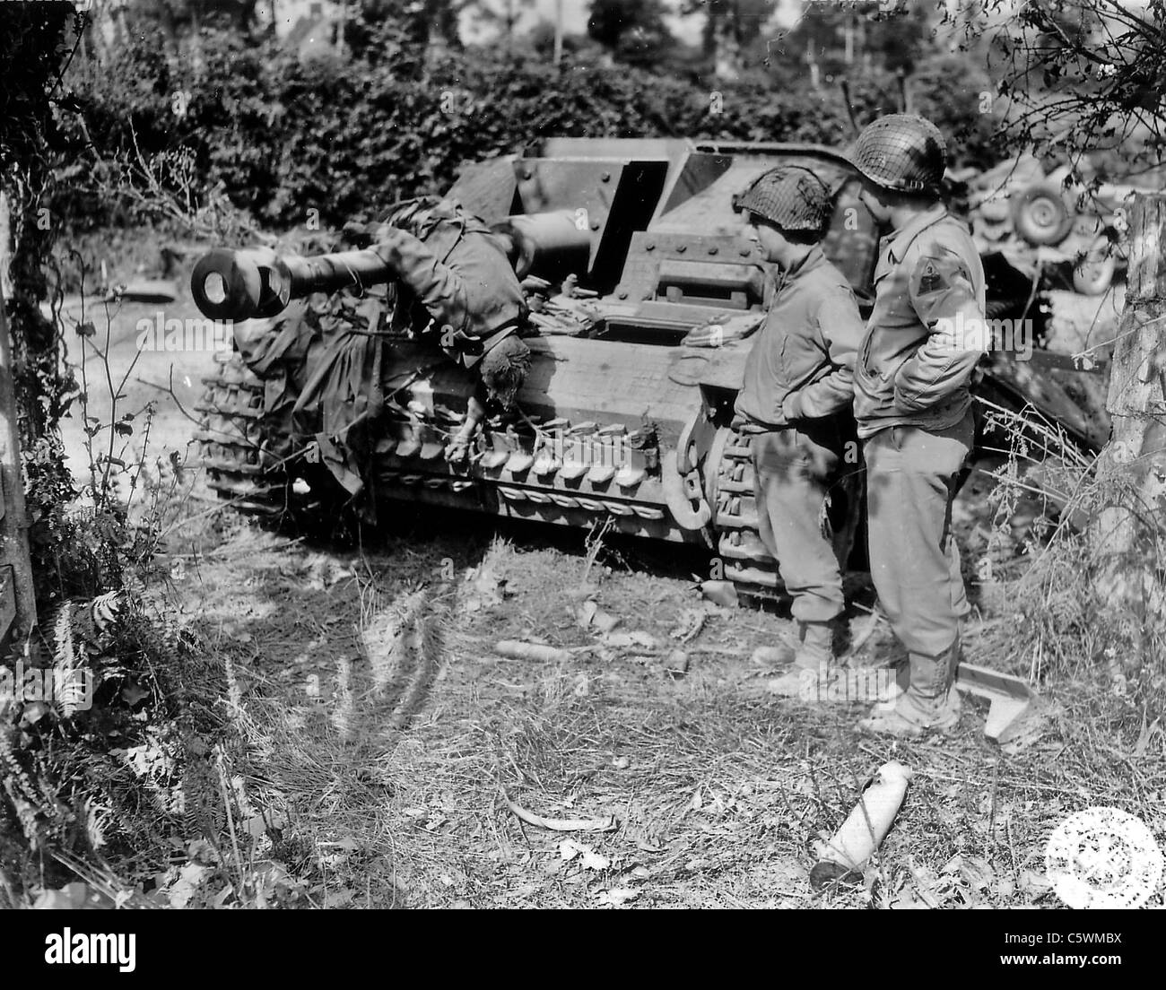 normandy-invasion-1944-two-us-soldiers-f