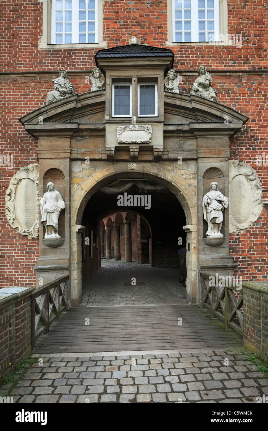 Westportal am Wasserschloss Herten, Ruhrgebiet, Nordrhein-Westfalen, im Schloss befinden sich Abteilungen vom LWL Stock Photo