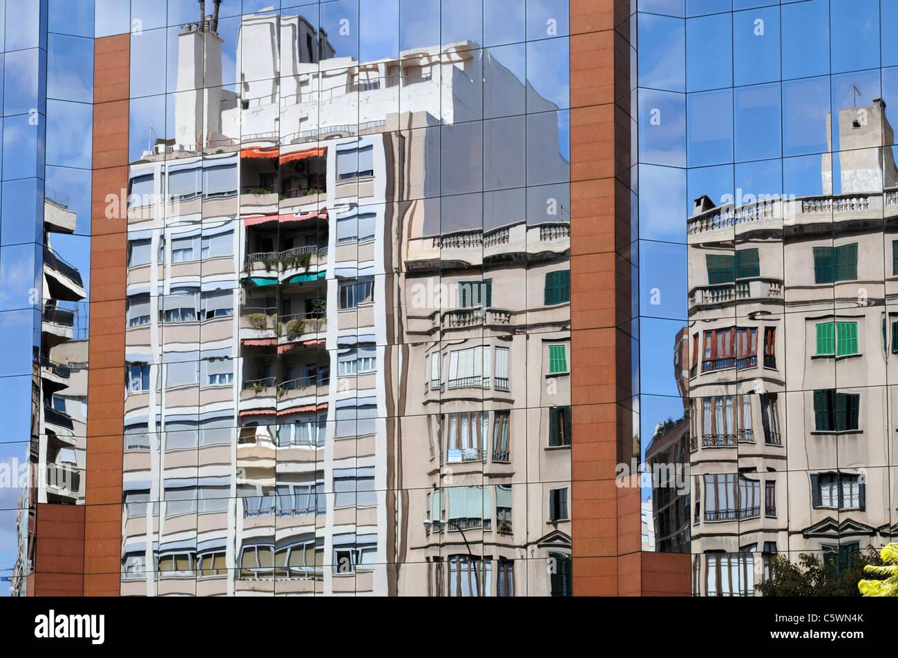 Aluminium-Glas-Fassade eines Bürogebäudes, Palma, Mallorca. - Aluminium glass facade of an office building, Palma, Stock Photo