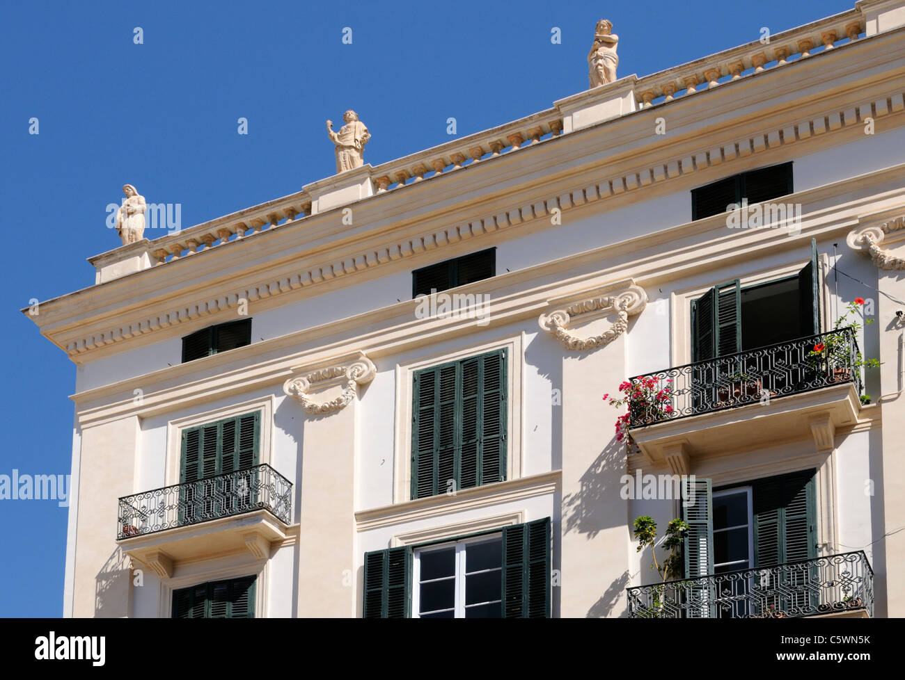 Prachtbau mit Statuen, Palma, Mallorca, Spanien, Europa. - Magnificent building with statues, Palma, Majorca, Spain, Stock Photo