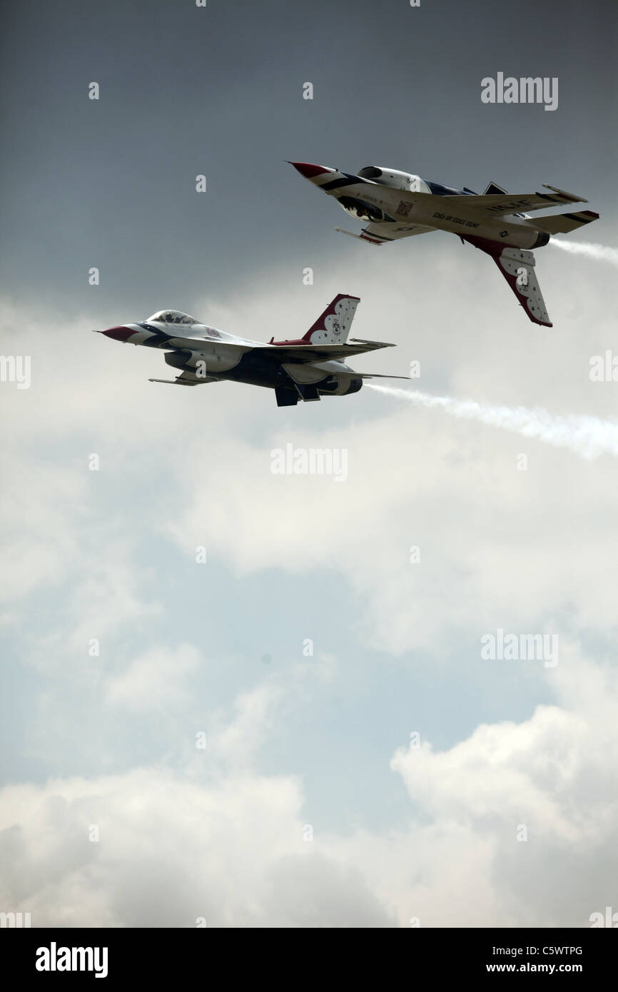2 F-16C JET FIGHTERS US AIR FORCE THUNDERBIRDS DISPLAY TEAM 02 July 2011 - Stock Image