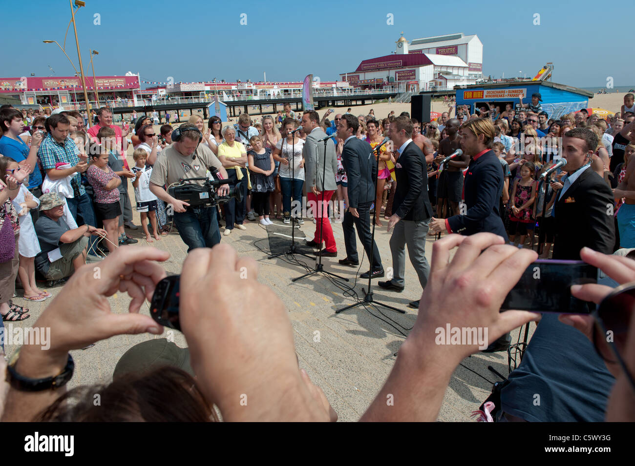 Doo-wop Band The Overtones singing live on Gt Yarmouth beach UK holiday Stock Photo