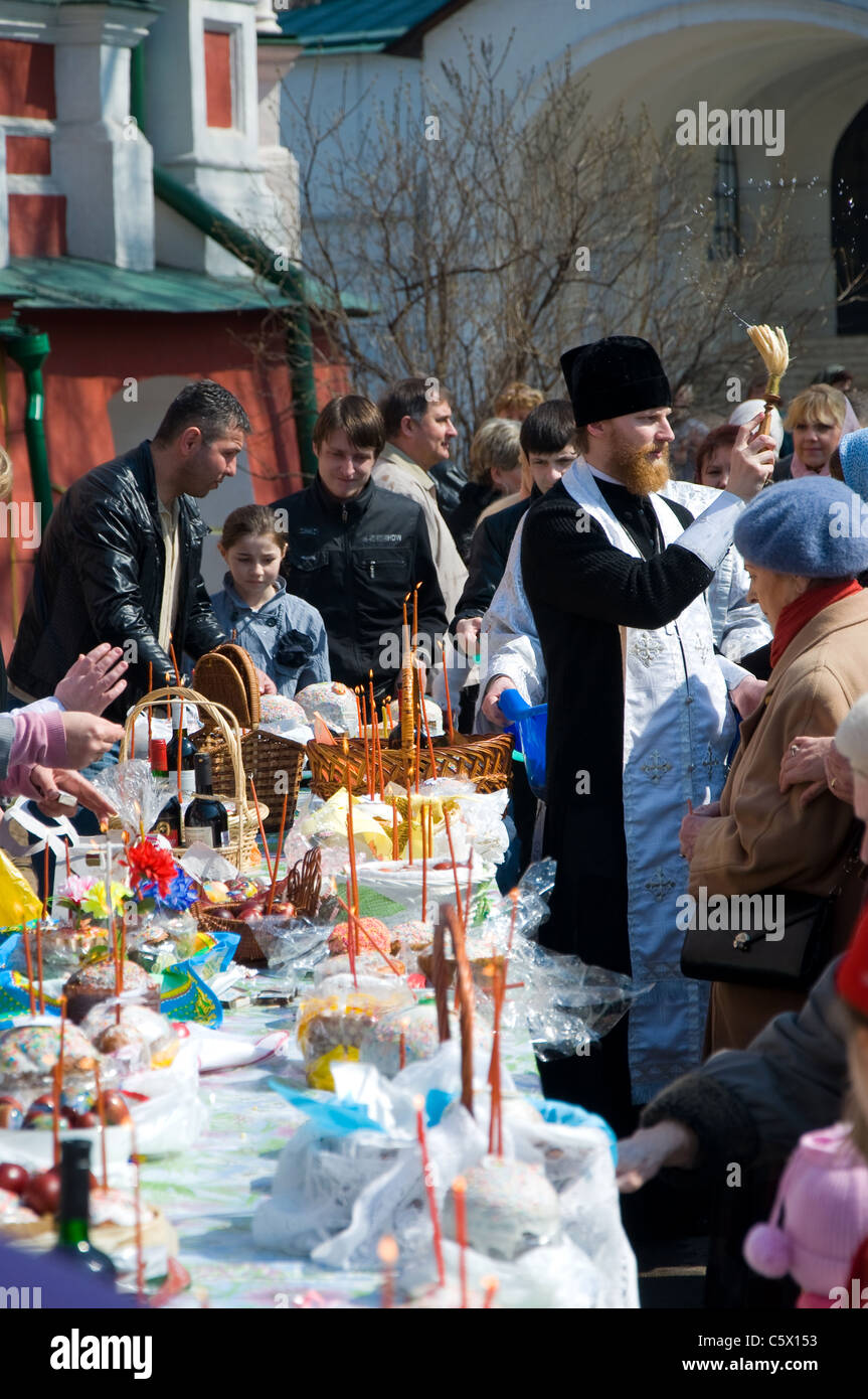 Russian Orthodox Priest on Easter Sunday, Novodevichy Convent, Moscow, Russia - Stock Image