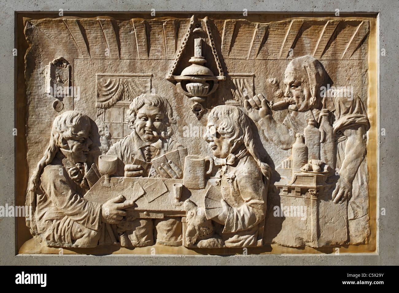 Steinrelief mit einer Wirtshausszene in der Rheinstrasse von Koblenz, Rheinland-Pfalz, Zechbrueder, Kartenspieler, - Stock Image