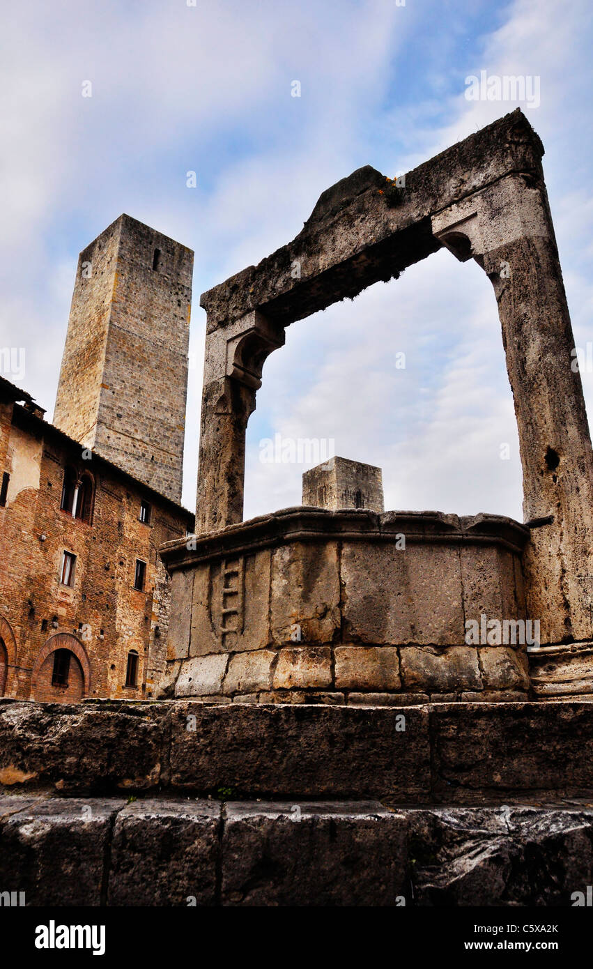 Medieval well in San Gimignano, Italy - Stock Image