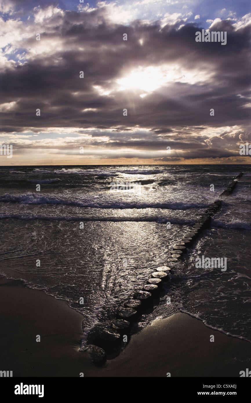 Germany, Mecklenburg-Vorpommern, Baltic Sea, Wustrow, Shoreline with cloudy sky - Stock Image