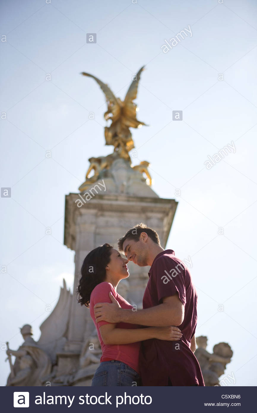 A young couple kissing in front of the Victoria Memorial - Stock Image