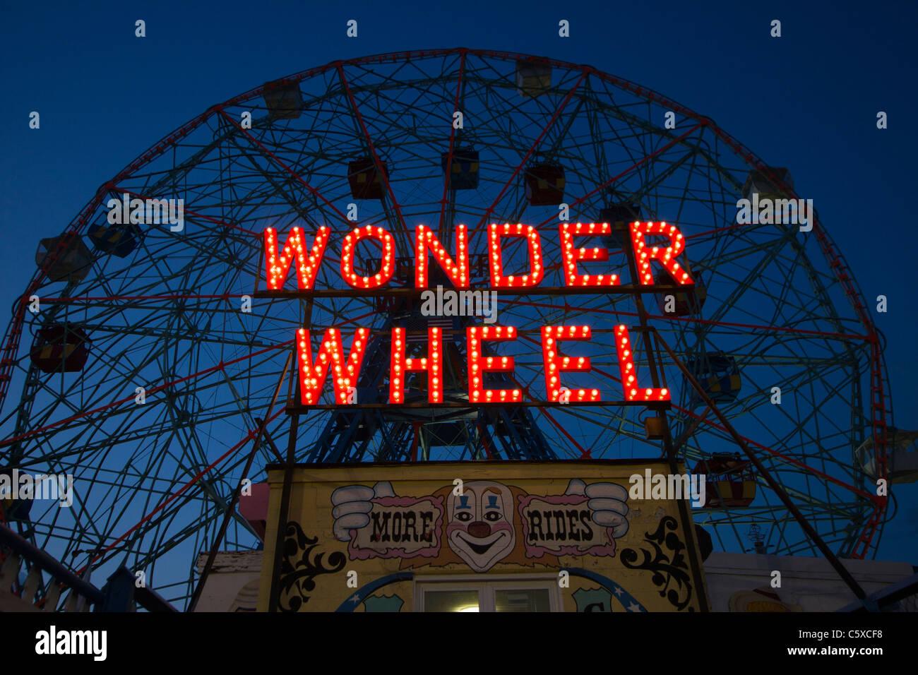 The Wonder Wheel in Coney Island at night - Stock Image