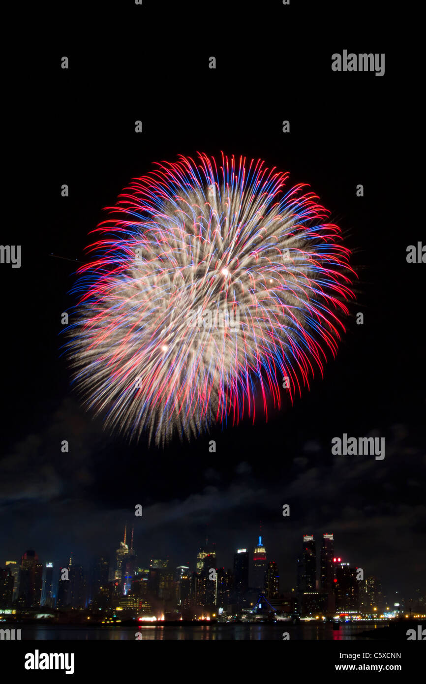 The 35th annual Macy's Fourth of July Fireworks on the Hudson River with the midtown Manhattan skyline in the background Stock Photo