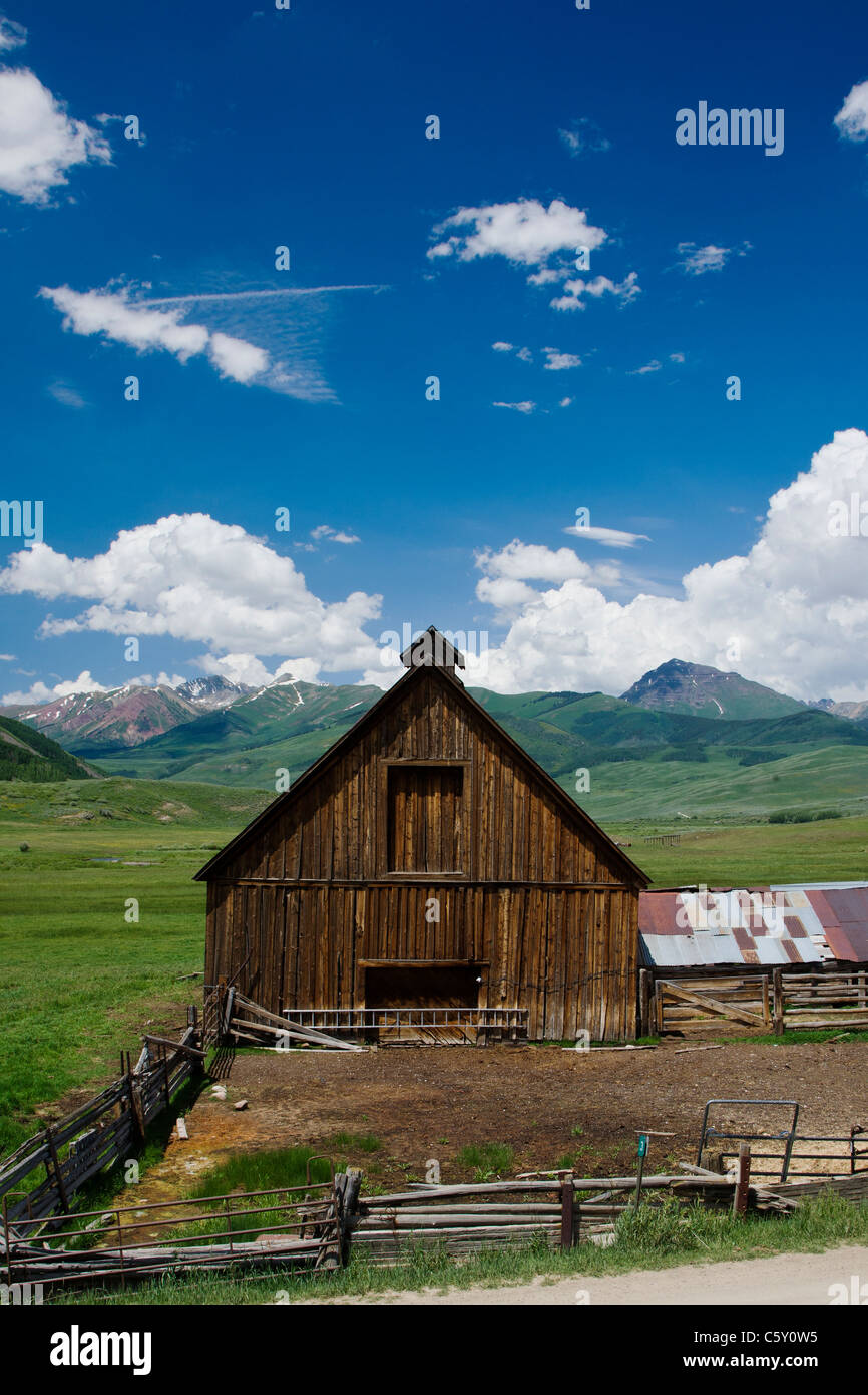 Old weathered barn on Cold Spring Ranch near Crested Butte, Colorado, USA - Stock Image
