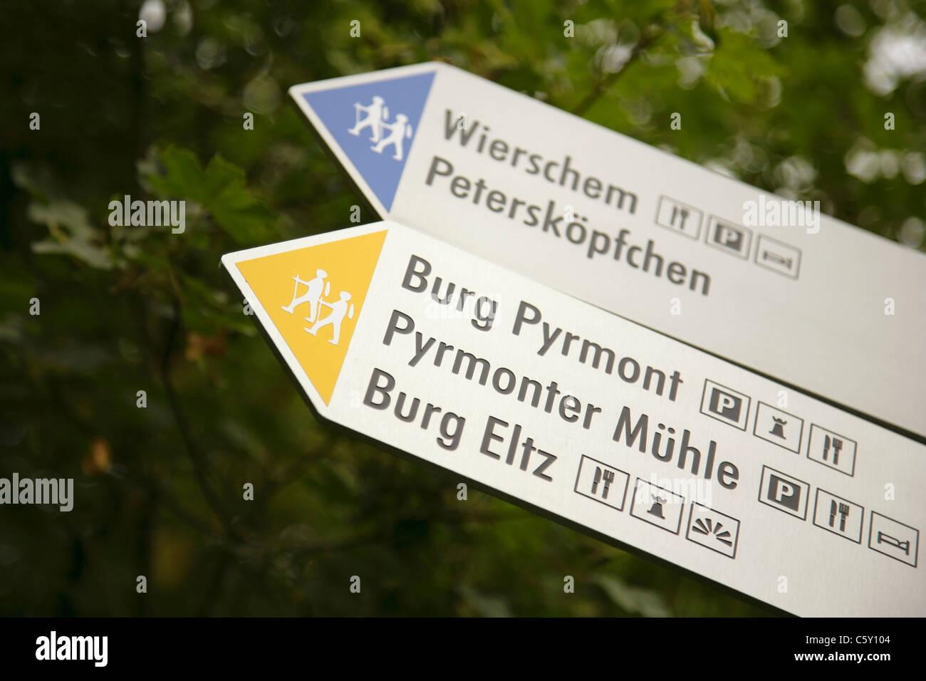 Sign on footpath leading to Burg Eltz castle, Rheinland-Pfalz, Germany. - Stock Image