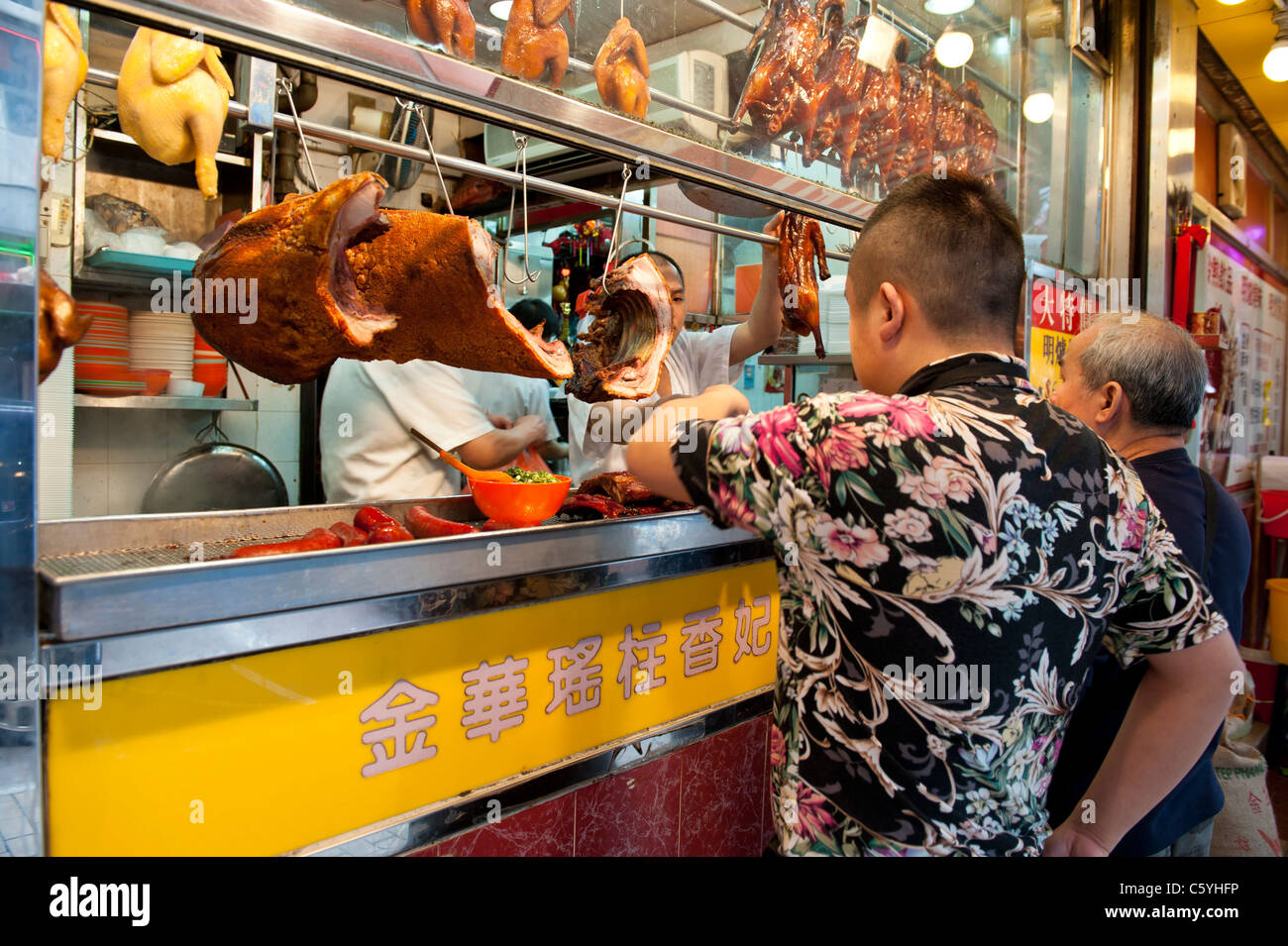 Street Food Vendor Selling Roast Duck, Barbecued Pork and Poultry in the Ladies Market Area, Tung Choi Street, Mong - Stock Image