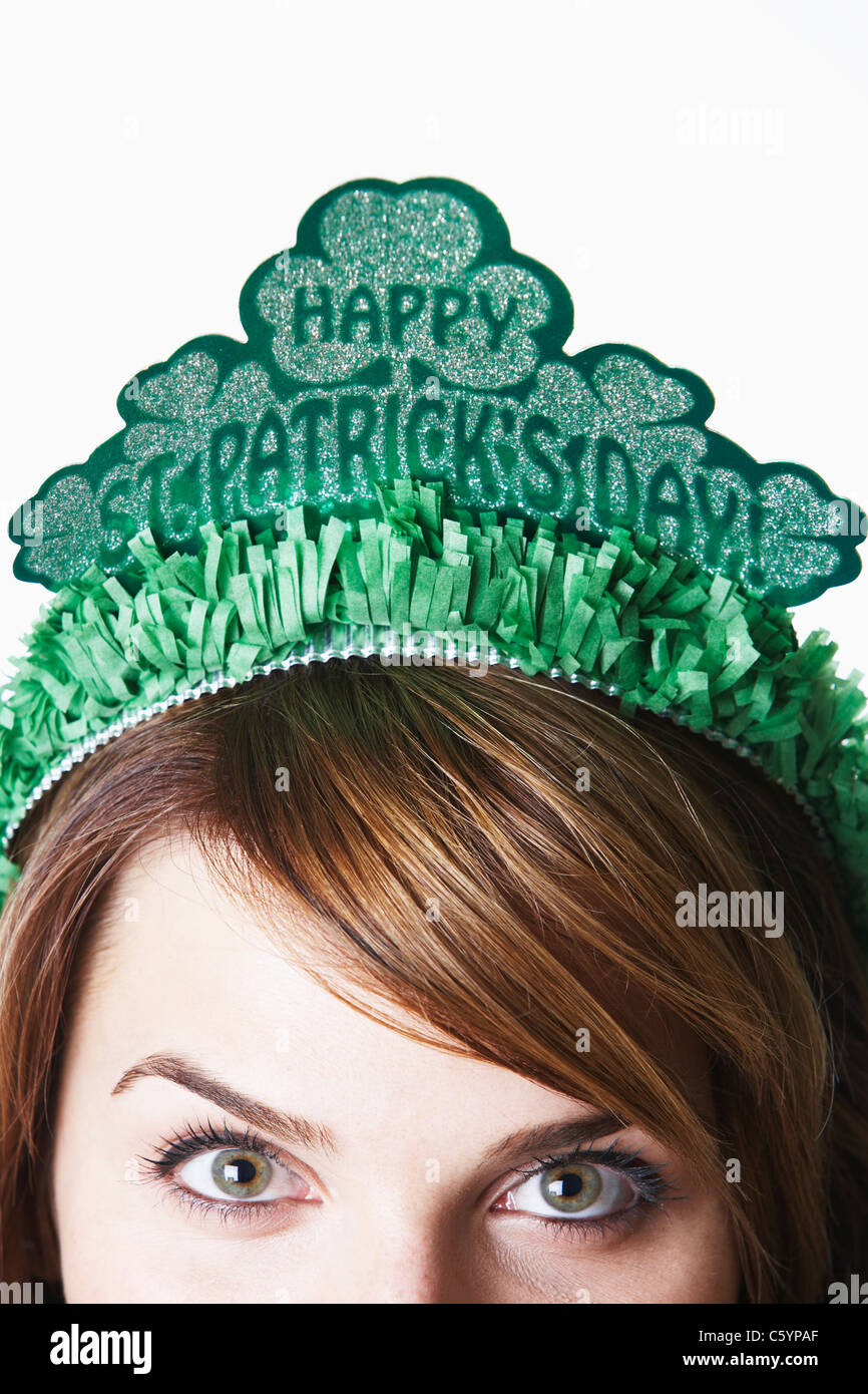 USA California, Fairfax, close-up of young woman wearing green diadem for St. Patrick's Day - Stock Image