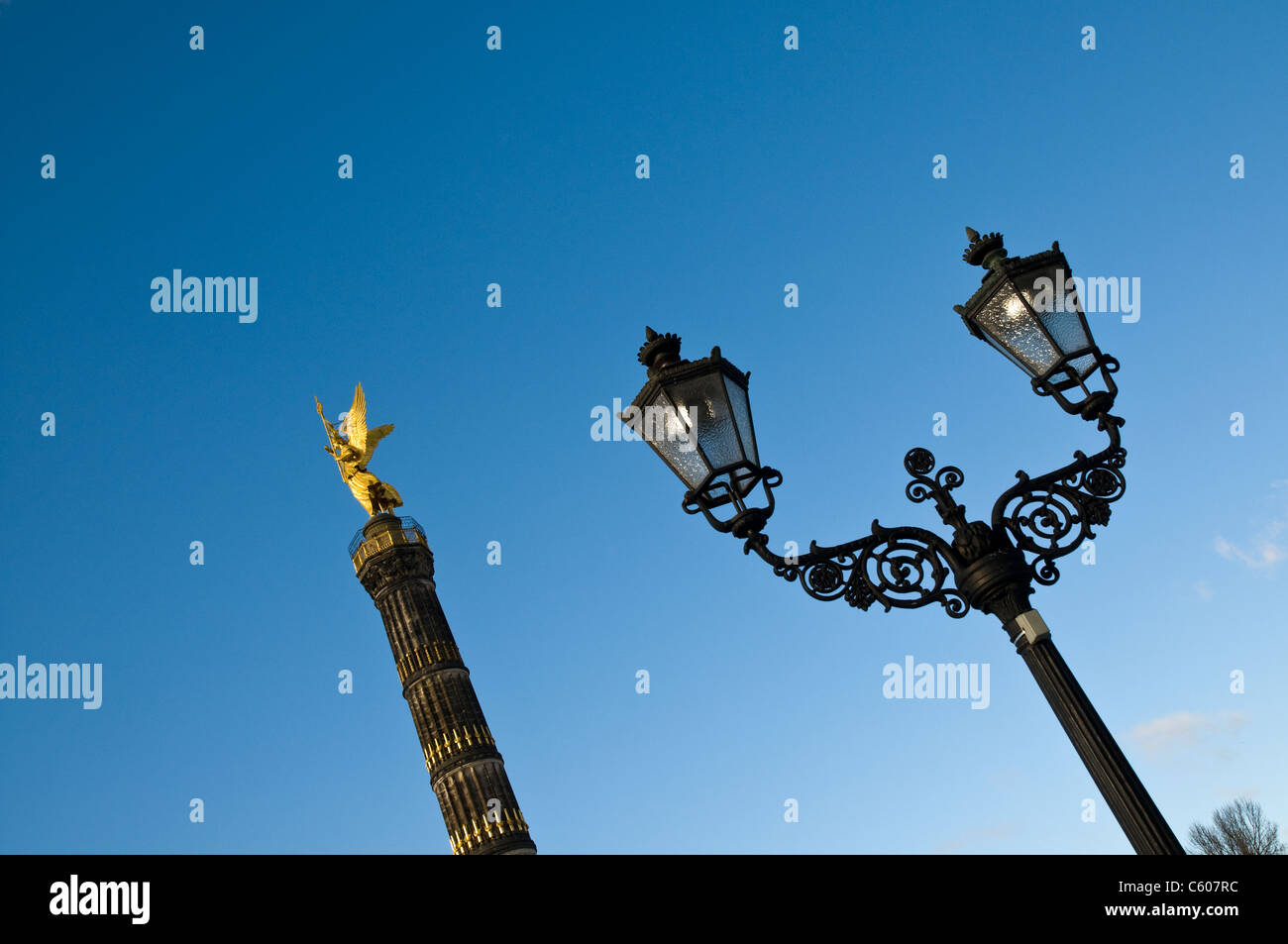Victory column and ornamental lamp post, Berlin, Germany - Stock Image