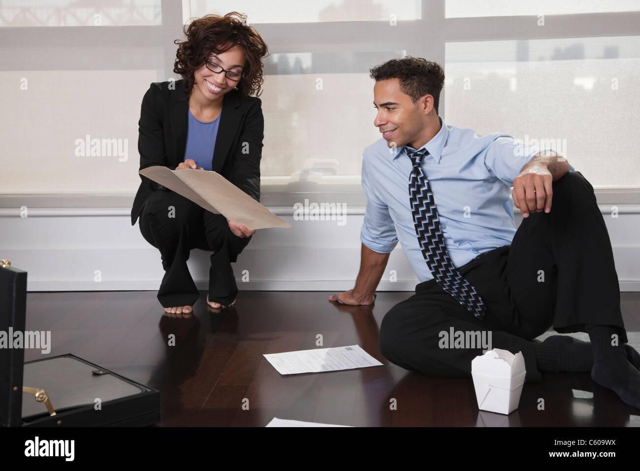 USA, New York, New York City, businesspeople having meeting in hotel room - Stock Image