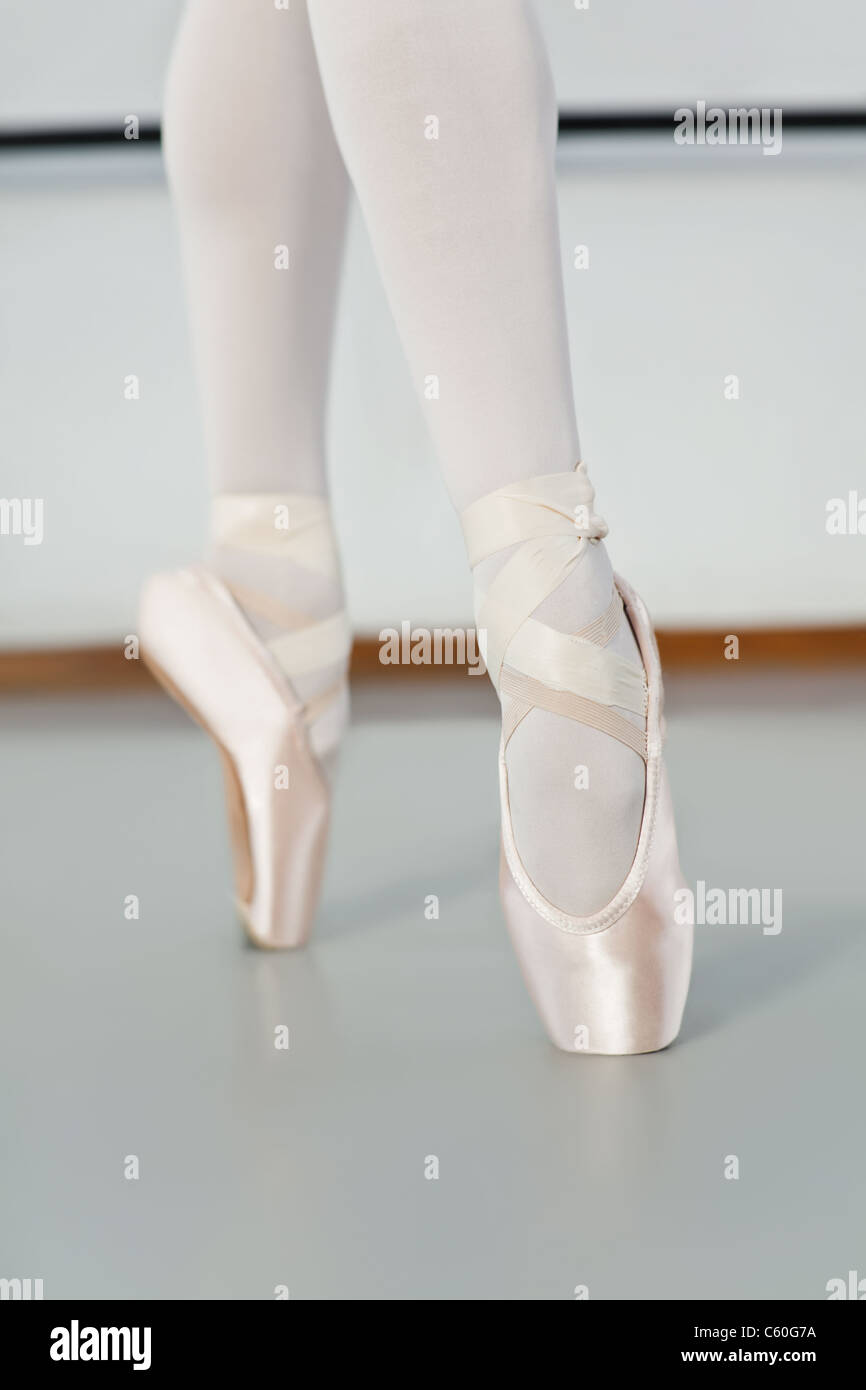 Ballet dancer standing on pointe - Stock Image