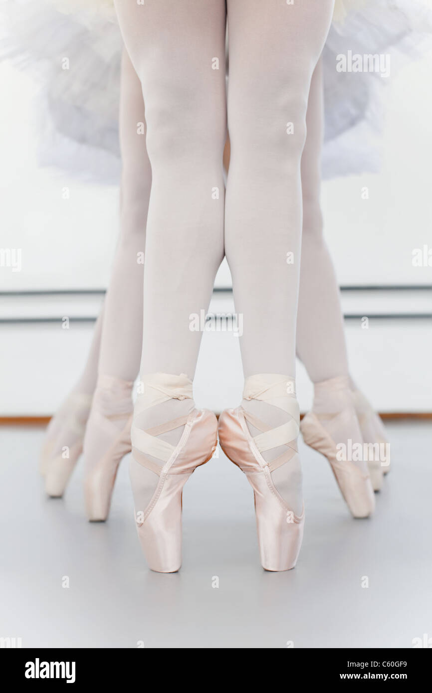 Ballet dancers' feet on pointe - Stock Image