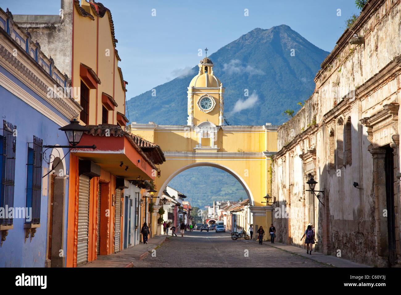 Volcan Agua, Santa Catalina Arch, Calle del Arco, Antigua, Guatemala - Stock Image