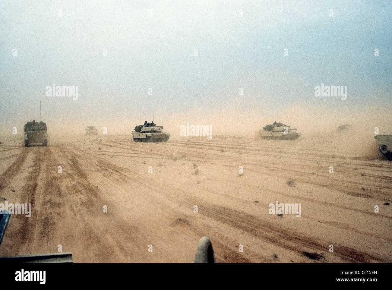 Abrams tanks of the 1st Armored Division 7th Corps move across the desert in northern Kuwait during Operation Desert - Stock Image