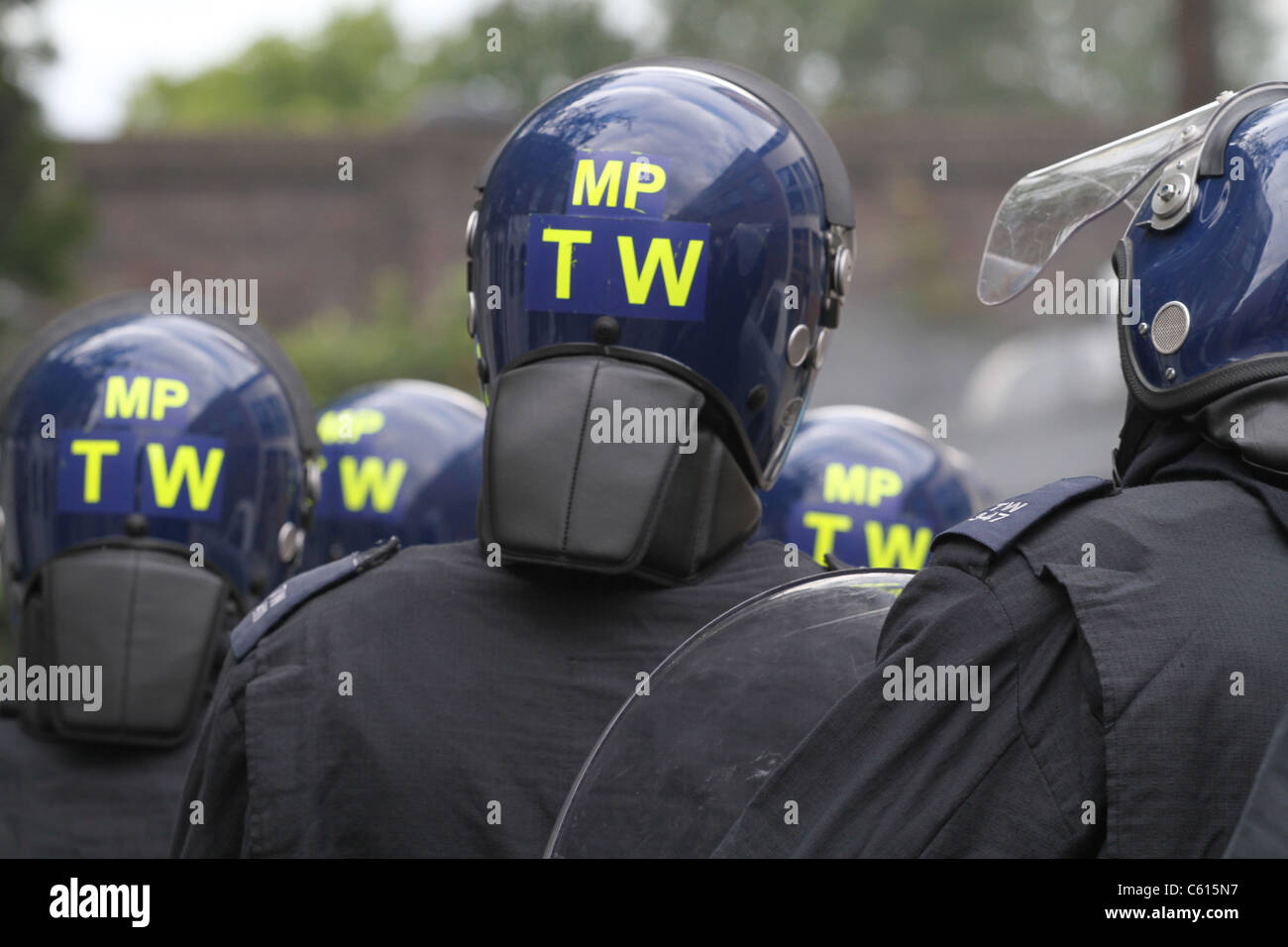 Riot police confront looters in Hackney, London - Stock Image
