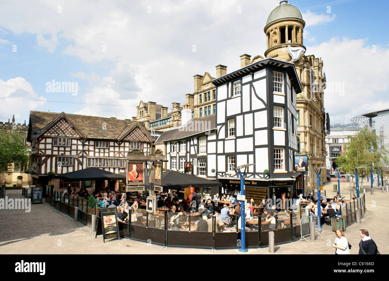Manchester city centre. The Old Wellington Inn (1552) and Sinclairs Oyster Bar in Shambles Square. Corn Exchange - Stock Image