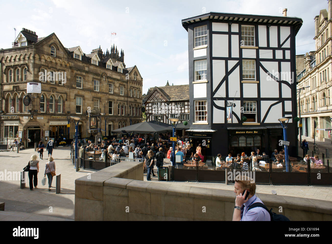 Manchester city centre. The Old Wellington Inn (1552) and Sinclairs Oyster Bar in Shambles Square. Cathedral precinct Stock Photo