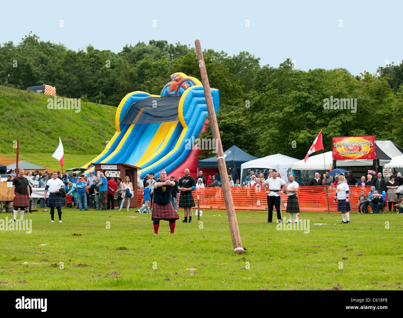 Caber toss at Chatelherault Highland Games, Hamilton, Lanarkshire, Scotland, United Kingdom, Western Europe. - Stock Image