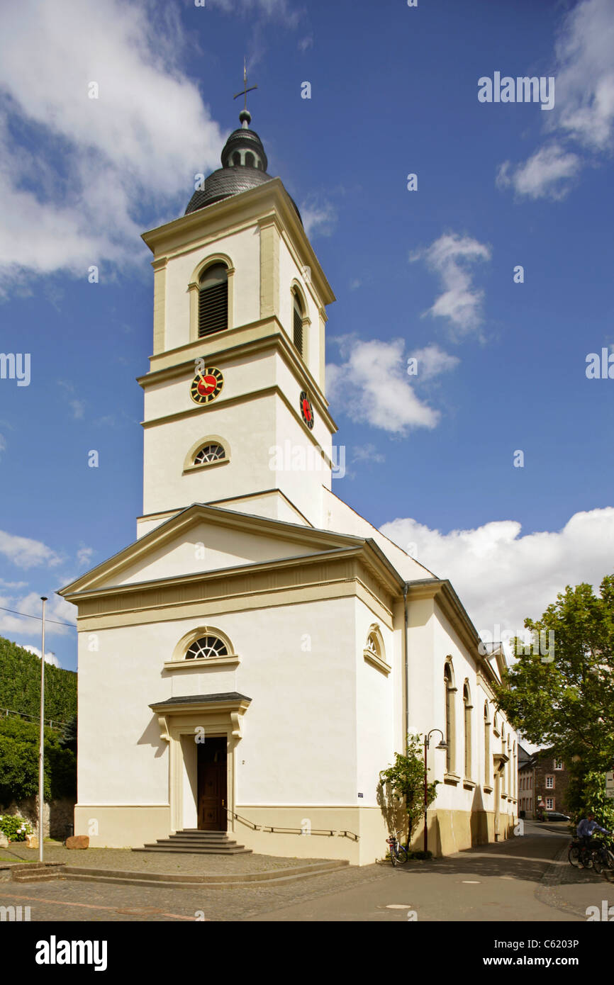 Church in the village of Kinheim, on the banks of the river Mosel, Rheinland-Pfalz, Germany. - Stock Image